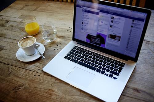 shutterstock_325899812 (Social Media, Laptop)